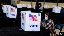 Një votues duke mbushur fletëvotimin e tij në Indianapolis, Indiana (3 nëntor 2020)