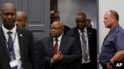 Rais wa zamani Jacob Zuma (kati) akifika kuhojiwa mbele ya tume ya taifa inayochunguza tuhuma mbalimbali za ufisadi ndani ya serika na makampuni ya serikali, Johannesburg, Afrika Kusini, Julai 17, 2019.