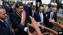 Archivo - El presidente en disputa de Venezuela, Nicolás Maduro, saluda a partidarios a su llegada a la Asamblea Nacional Constituyente el 15 de diciembre de 2019.