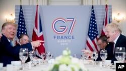 Rais Donald Trump, kushoto, na Waziri Mkuu wa Uingereza Boris Johnson walipokutana asubuhi katika Hoteli ya du Palais pembeni ya mkutano wa G-7 summit in Biarritz, France, Jumapili, Agosti, 25, 2019. (AP Photo/Andrew Harnik)