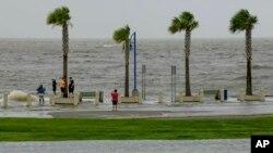 Obala jezera Pončatrejn u Nju Orleansu u petak, 12. jula.