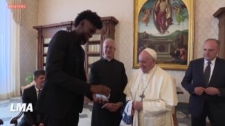 Sport avec Yacouba: le pape reçoit un ballon de basket en or
