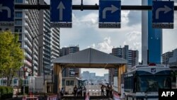 L'une des entrées du village olympique et paralympique de Tokyo le 15 juillet 2021, avant les Jeux olympiques de Tokyo 2020 qui débuteront le 23 juillet. (Photo par Philip FONG / AFP)