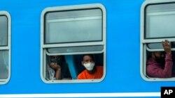 资料照片: 坐在驶往古巴首都哈瓦那的列车上的乘客。(2021年1月14日)