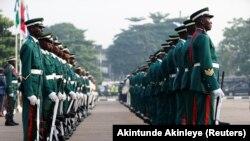 Des soldats défilent lors d'une cérémonie marquant le jour du souvenir de l'armée à Lagos, au Nigeria, le 15 janvier 2017.