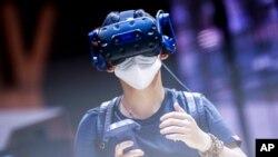 Un visitante prueba un dispositivo de realidad virtual en la convención Mobile World Congress de Barcelona el 28 de junio de 2021.