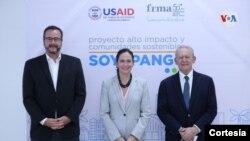 De izquierda a derecha David Gosney, director de USAID El Salvador; Mileydi Guillarte, subdirectora Latinoamérica y el Caribe USAID y Roberto Murray Meza, presidente FRMA, Fundación Rafael Meza Ayau.
