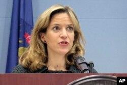 ARCHIVO - En esta foto del 5 de marzo de 2020, la secretaria de Estado de Michigan, Jocelyn Benson, habla en una conferencia de prensa en Lansing, Michigan.