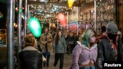 Restoran-restoran di kota New York mulai buka kembali dengan kapasitas maksimum 50 persen.