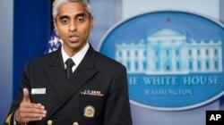 El director general de Salud Pública de EE. UU., el doctor Vivek Murthy, habla durante la sesión informativa diaria en la Casa Blanca, en Washington, el 15 de julio de 2021.