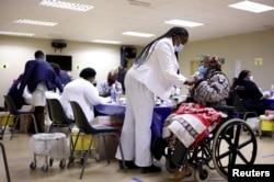 Seorang lansia Afrika Selatan menerima dosis vaksin COVID-19 di Munsieville Care for the Aged Center di luar Johannesburg, Afrika Selatan 17 Mei 2021.(Foto: Reuters)