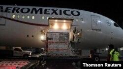 Trabajadores descargan en el Aeropuerto Internacional Benito Juárez, en la Ciudad de México, el segundo cargamento de la sustancia activa utilizada para elaborar la vacuna AstraZeneca el 11 de febrero del 2021.