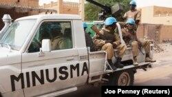 Les Casques bleus de l'ONU du Burkina Faso patrouillent le jour des élections à Tombouctou le 28 juillet 2013. (REUTERS/Joe Penney).