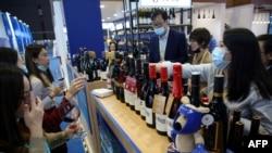 中國消費者在上海舉行的第三屆國際進口商品展覽會上品嚐澳大利亞的葡萄酒(2020年11月5日)