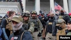 Jessica Watkins, e dyta nga e majta, marshojnë drejt shkallëve të Kapitolit më 6 janar 2021.