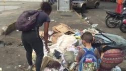 Venezolanos buscando alimentos entre basura