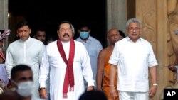 က်မ္းသစၥာက်ိန္ဆုိပြဲအၿပီး ေတြ႔ရတဲ့ သီရိလကၤာဝန္ႀကီးခ်ဳပ္ Mahinda Rajapaksa (လယ္)။ (ၾသဂုတ္ ၉၊ ၂၀၂၀)