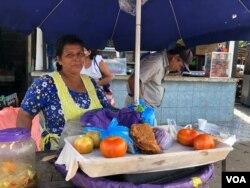 Fátima Ramírez vende enchiladas en un mercado popular de Managua. Foto Daliana Ocaña, VOA.