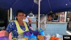 Fátima Ramírez vende enchiladas en un mercado popular de Managu, Nicaragua. [Foto Daliana Ocaña/VOA]