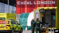 지난 2일 영국 런던의 엑셀센터에서 구급 대원들이 대화를 하고 있다.