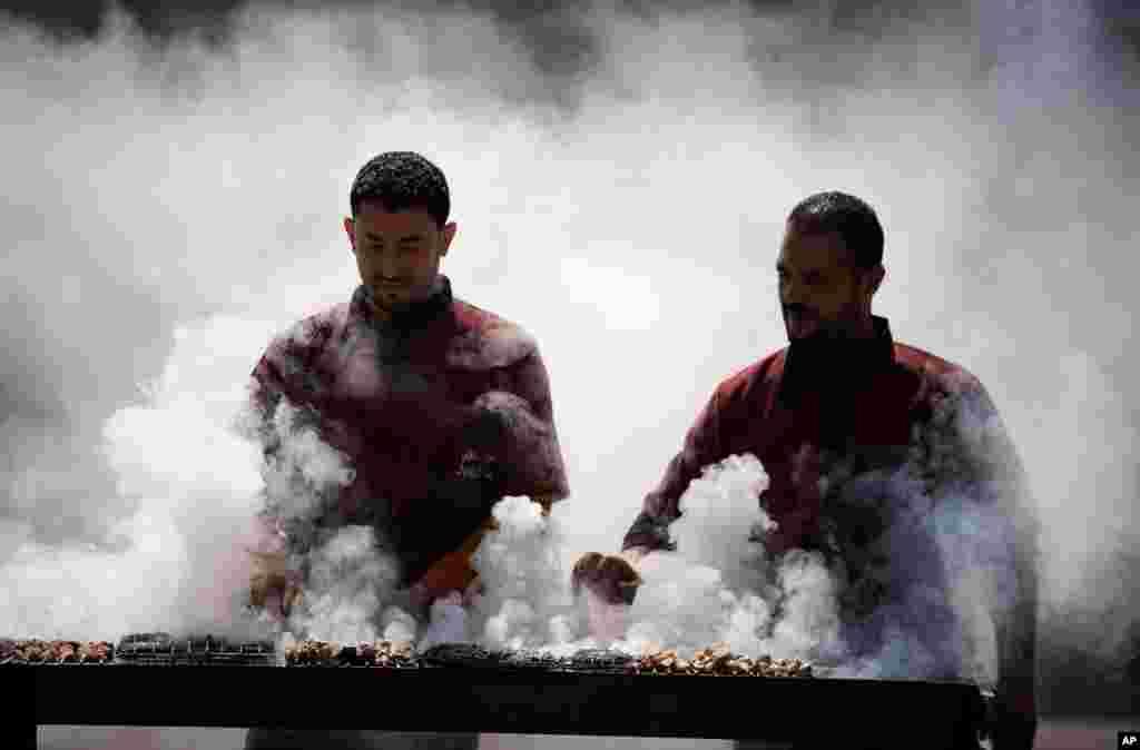 29일 요르단강 서안 도시 나블루스의 노점상들이 석쇠에 고기를 굽고 있다.