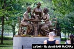 미국 뉴욕시 센트럴파크 공원에 여권운동 개척자인 소저너 트루스, 수전 B. 앤서니, 엘리자베스 캐디 스탠턴의 동상이 세워져있다.