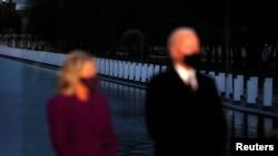 El presidente electo Joe Biden y su esposa, Jill Biden, participan en un homenaje a las víctimas de la pandemia celebrado en Washington D.C., el 19 de enero de 2021.