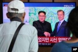 25일 한국 서울역에 설치된 TV에서 김정은 북한 국무위원장이 한국 공무원이 북한군 총격에 살해된 사건에 대해 한국 측에 공식 사과한 소식이 나오고 있다.