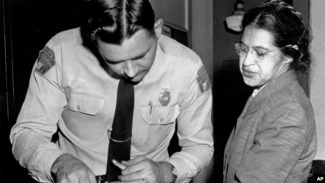 1956年2月22日帕克斯拒绝在公共汽车上给白人乘客让座后,阿拉巴马州蒙哥马利警察为其按了指纹。