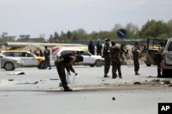 27일 아프가니스탄 카불에서 경찰들이 차량 폭탄 테러 사고가 발생한 현장을 조사하고 있다.