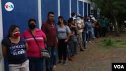 Nicaragüenses hacen fila para constarar su registración electoral el 25 de julio de 2021. Foto VOA.