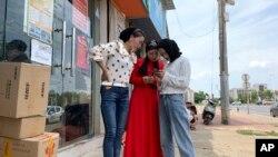 Nanchang'daki OFILM fabrikası önünde Müslüman kadın işçiler