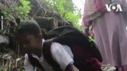 Cậu bé khuyết tật đi học bằng tay
