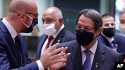 EU ဥေရာေကာင္စီ ဥကၠ႒ Charles Michel (ဝဲ) နဲ႔ ဆိုက္ပရပ္စ္ ႏုိင္ငံ သမၼတ Nicos Anastasiades (ညာ) တို႔ စကားေျပာေနၾကတဲ့ ျမင္ကြင္း။ (ေအာက္တုိဘာ ၀၁၊ ၂၀၂၀)