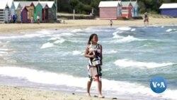 Naomi Osaka pose avec la coupe de l'Open d'Australie