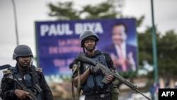 Des gendarmes camerounais patrouillent sur la place Omar Bongo à Buea, capitale de la province du Sud-Ouest, à majorité anglophone, lors d'un rassemblement politique du parti RDPC au pouvoir, le 3 octobre 2018. (AFP)