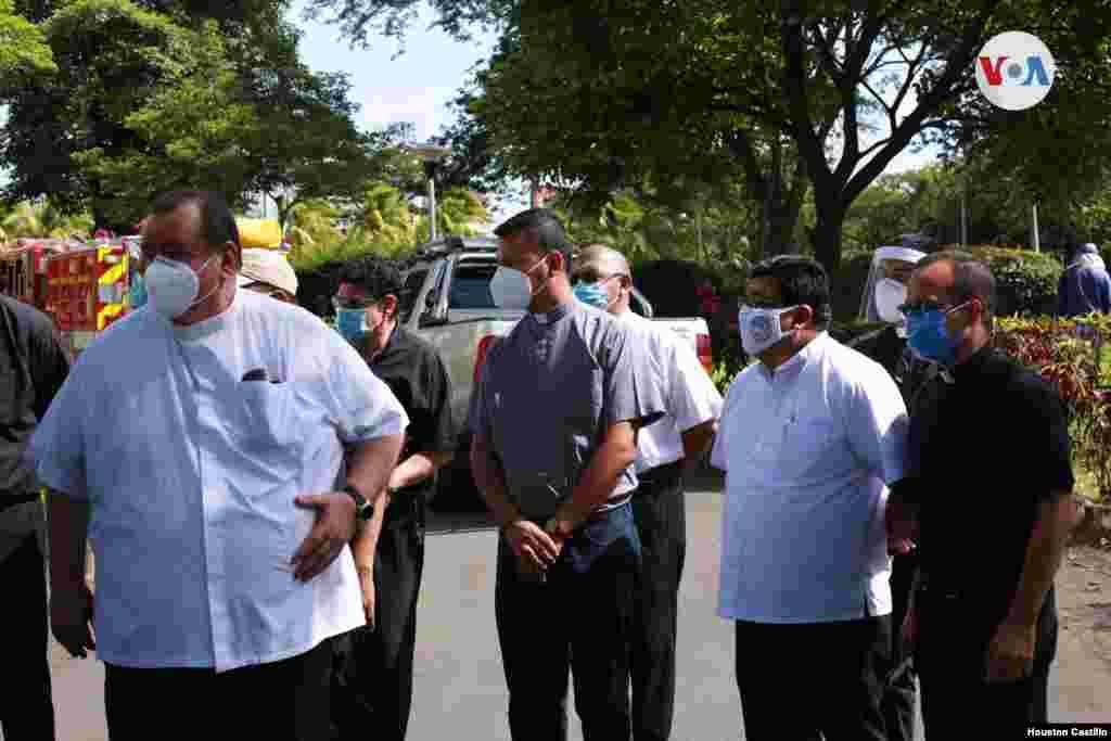 Varios sacerdotes se presentaron en la Catedral de Managua para ver los daños ocasionados por el incendio este viernes. [Houston Castillo/VOA]