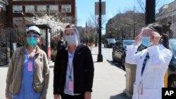 2일 미국 뉴욕의 의사와 간호사, 의료관계자가 마스크 등 개인 보호장비를 착용하고 있다.