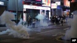 Asap dari gas air mata di jalan-jalan di Hong Kong, 27 Oktober 2019.