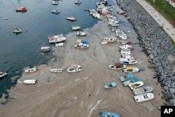 """Foto udara lapisan tebal """"lendir laut"""" di pinggiran pantai Laut Marmara di Istanbul, Turki."""