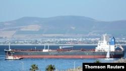 오만 인근 해상에서 피격 당한 이스라엘 유조선이 지난 1일 남아프리카 케이프타운 해안에 정박돼 있다.