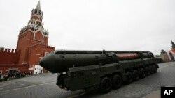 """Rossiyaning """"Topol M"""" qit'alararo ballistik raketasi, Moskva, Rossiya, 2017-yil, 9-may"""