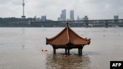Sebuah paviliun di kota Wuhan, China tergenang banjir akibat meluapnya Sungai Yangtze, 6 Juli lalu.