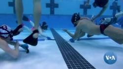 """ชาวอเมริกันรุ่นใหม่ปลุกชีพ """"ฮอกกี้ใต้น้ำ"""" กีฬาไฮบริดในยุค 50"""