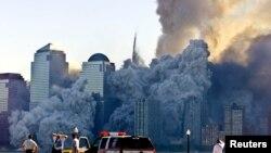 ຕຶກແຝດ ສູນກາງການຄ້າໂລກ (World Trade Tower) ທີນະຄອນນິວຢອກ ກຳລັງຫັກພັງລົງ ເຕັມໄປດ້ວຍຂີ້ຝຸ່ນ ໃນສັນທີ 11 ກັນຍາ 2001.