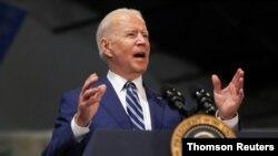 El presidente estadounidense Joe Biden y la primera dama Jill Biden se reúnen con el gobernador de Virginia, Ralph Northam, el viernes 28 de mayo de 2021.