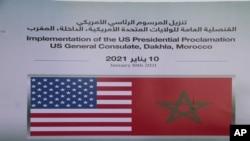 Les emblèmes des drapeaux américains et marocains à l'extérieur du consulat provisoire des États-Unis à Dakhla, Sahara occidental administré par le Maroc, le 10 janvier 2021.
