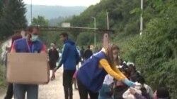 Camp de familles de migrants devant un centre d'accueil bondé en Bosnie