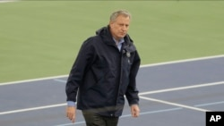 Thị trưởng New York Bill de Blasio tại Trung tâm Đào đạo Trong nhà USTA nơi được dùng làm bệnh viện tạm thời với 350 giường bệnh để chữa trị cho những người nhiễm virus corona.