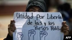 """En la foto de archivo un estudiante universitario sostiene un cartel que dice """"Unidad por la libertad de los presos políticos"""" durante una protesta contra el presidente nicaragüense Daniel Ortega. 3 de febrero de 2020."""